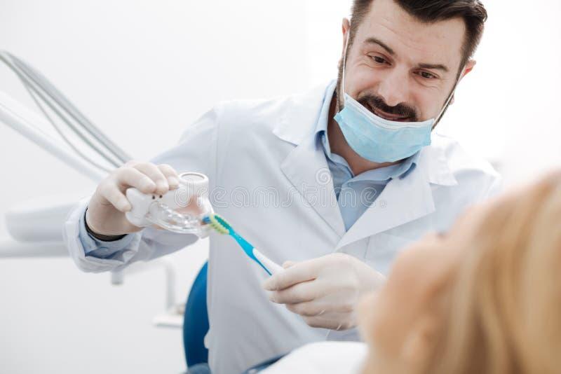 教育一点训练的可爱的吸引人牙医 库存图片