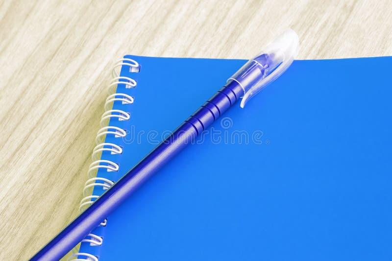 教育产业想法书套的空白的蓝皮书空的盖子书螺旋文具学校用品设计笔记本备忘录  免版税库存照片