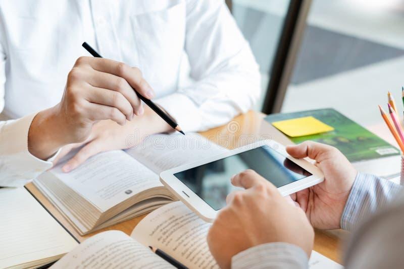 教育和学校概念,学生校园帮助机关朋友追赶的读书和检查和学会辅导 免版税库存照片