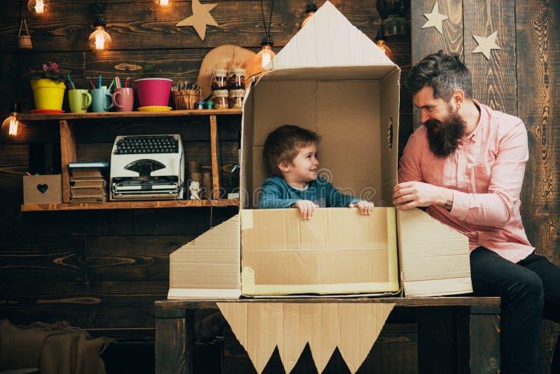 教育和孩子想法发展 与父亲和小孩家庭的教育概念纸火箭的 免版税库存照片