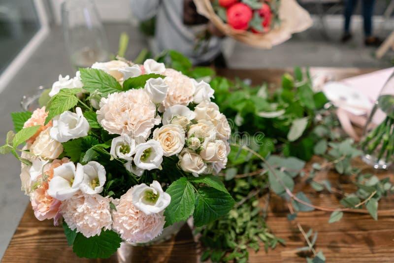 教育在学校floristry 在做花束的主要类 夏天花束 学会花安排,做 免版税库存照片