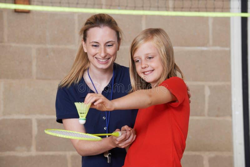教育女性学生羽毛球的老师 库存图片