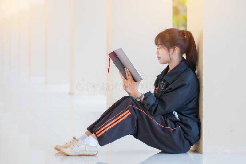 教育学习学习观:迷人的快乐亚洲少女喜欢搜索,使用笔记本电脑进行最后准备 库存图片