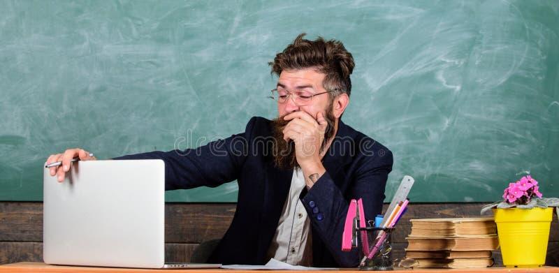 教育家更被注重在工作比普通人 高级疲劳 用尽的工作在学校导致疲劳 免版税库存照片