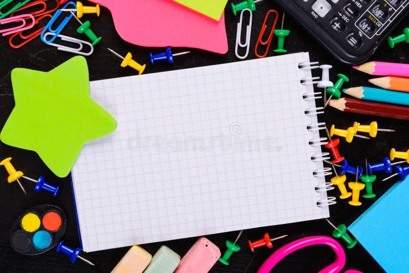 教育有空的笔记本的工具在与拷贝空间的中心 库存照片