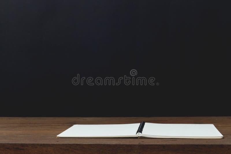 教育概念、设备和供应工作的在木选项 免版税库存图片