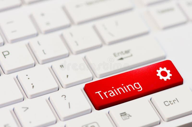 教育概念:有词训练的键盘在红色按钮 库存图片