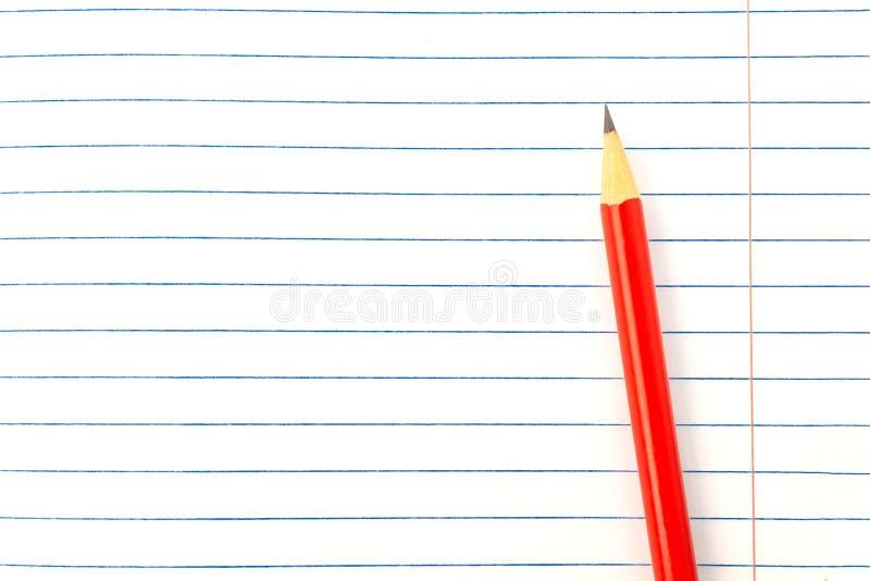 教育概念-在书背景特写镜头,大模型,拷贝空间的红色铅笔 库存图片