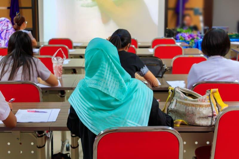 教育研讨会训练会议的回教女实业家在内部会议室 免版税库存照片