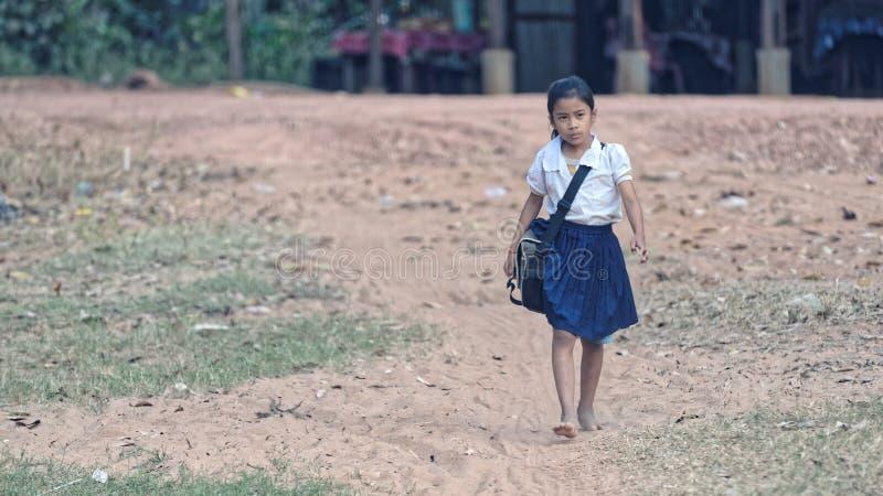 教育走的女孩, Bakong寺庙,柬埔寨 免版税库存图片