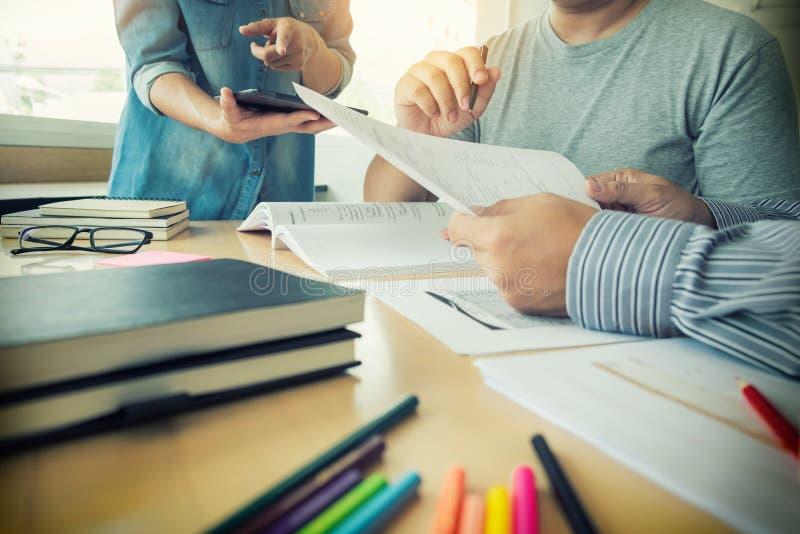 教育,学会,教,技术和人概念- Fe 免版税库存图片