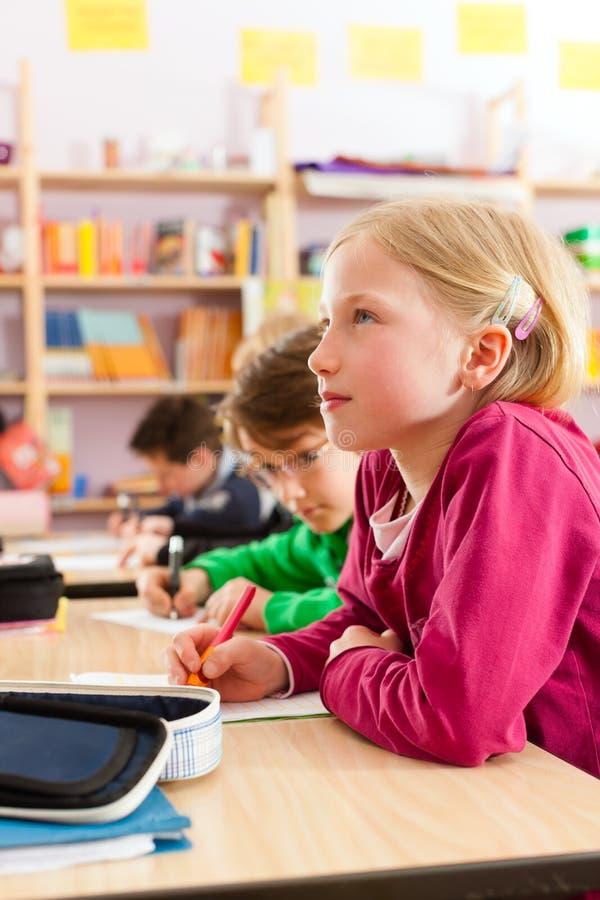 教育-学生在做家庭作业的学校 库存照片
