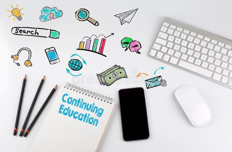 继续教育 键盘和手机在一张白色桌上 库存照片