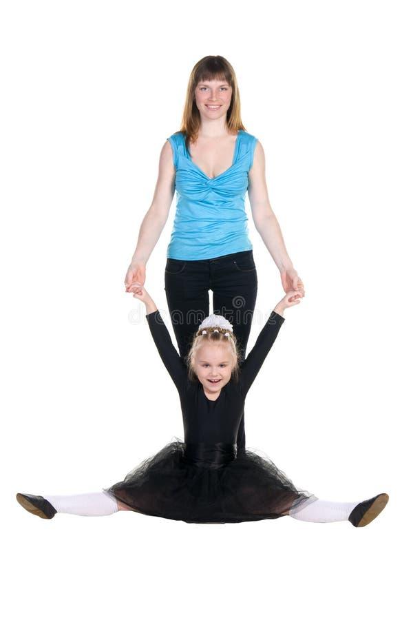 教练员支持年轻舞蹈家训练  库存图片