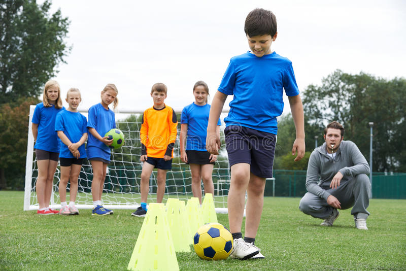 教练主导的室外足球训练 免版税库存照片