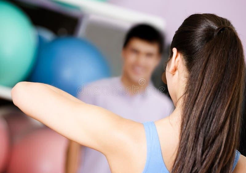 教练显示锻炼对人 免版税图库摄影