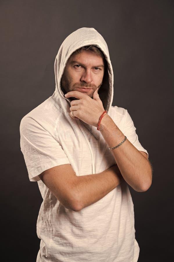 敞篷接触胡子的人 有想法的面孔的有胡子的人在偶然运动衫 时装模特儿穿戴有冠乌鸦T恤杉 barby 免版税库存照片