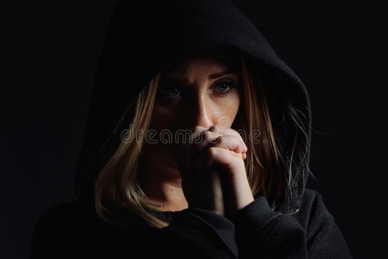 Download 敞篷的祈祷的妇女 库存照片. 图片 包括有 白种人, 人力, 祈祷, 对比, 人员, 神奇, 黑暗, 信念 - 72369472
