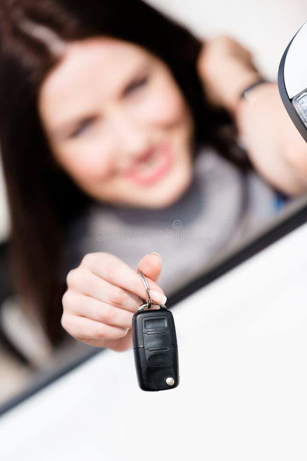 敞篷车车展汽车关键字的女孩 免版税库存照片