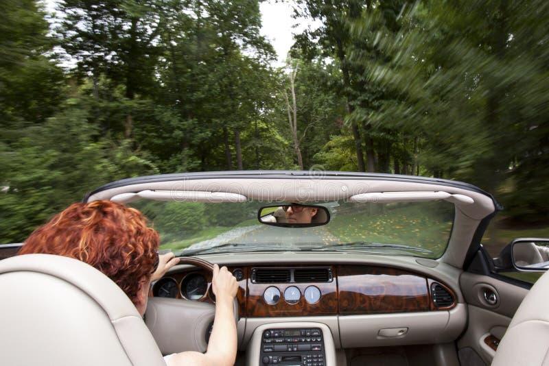 敞篷车驾驶的妇女 免版税库存照片