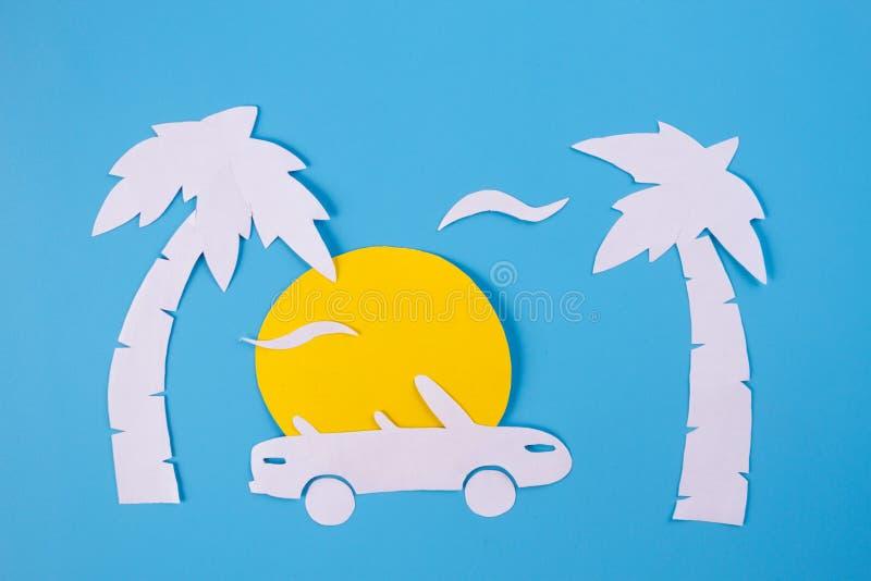 敞蓬车汽车纸艺术在海滩的 免版税图库摄影