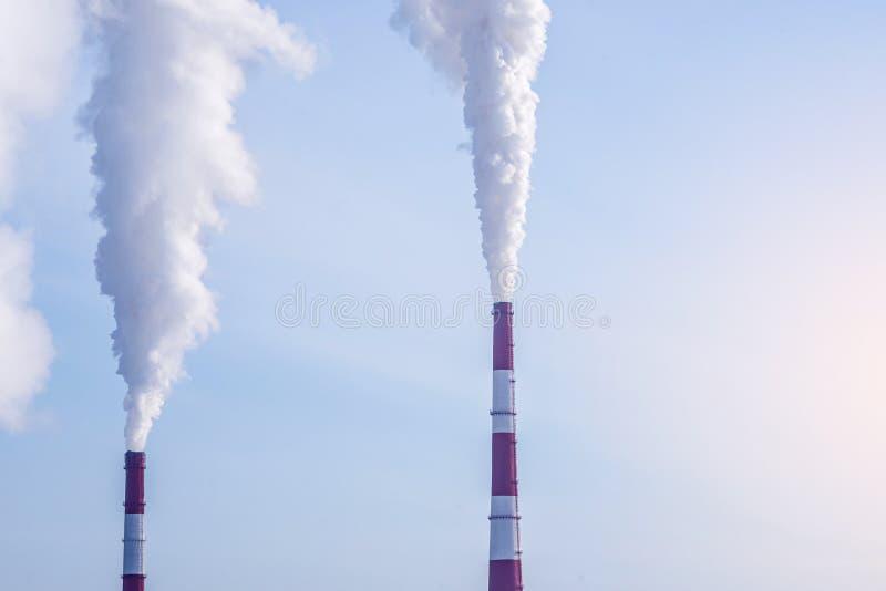 散发在大气的烟斗热电厂二氧化碳 环境污染的概念 图库摄影
