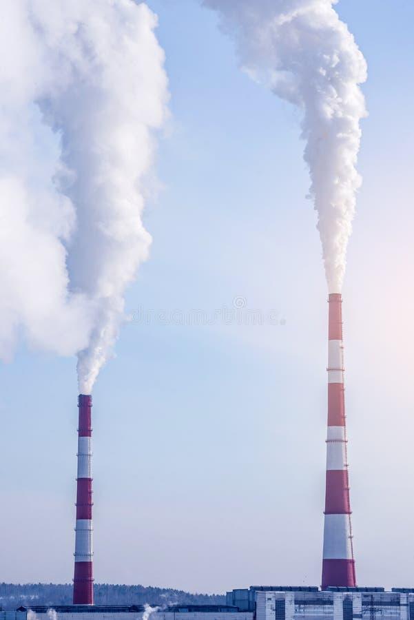 散发在大气的烟斗热电厂二氧化碳 环境污染的概念 免版税库存照片