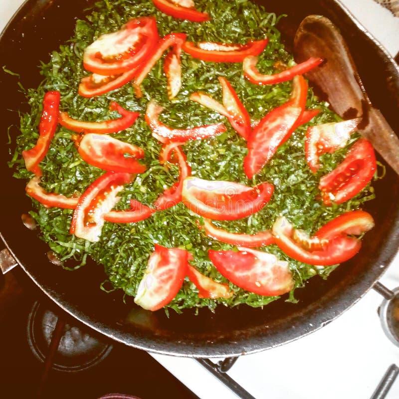 散叶甘兰绿色搅动油煎用蕃茄 库存照片