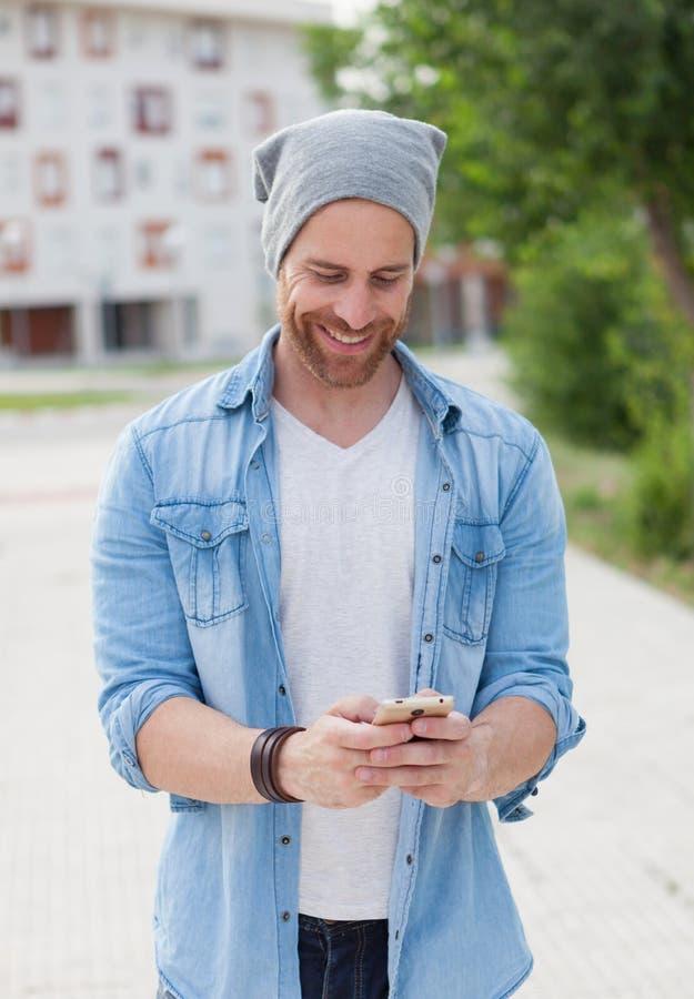 散步与他的机动性的偶然时尚人 免版税库存图片
