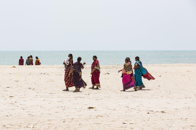 散步在美好的晴朗的早晨的未认出的家庭妇女人孩子在Danushkodi海滩 从Rameswaram的香客 库存图片