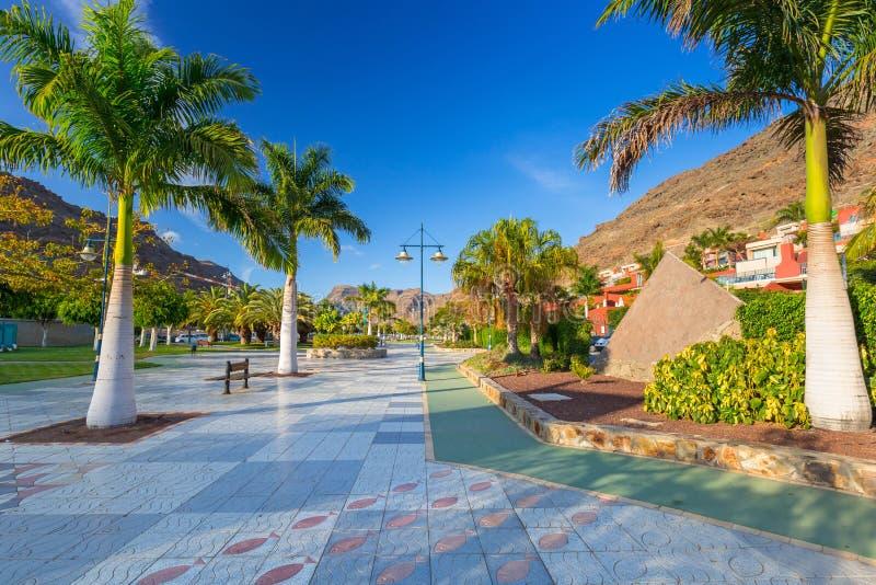 散步在Puerto de Mogan 库存照片