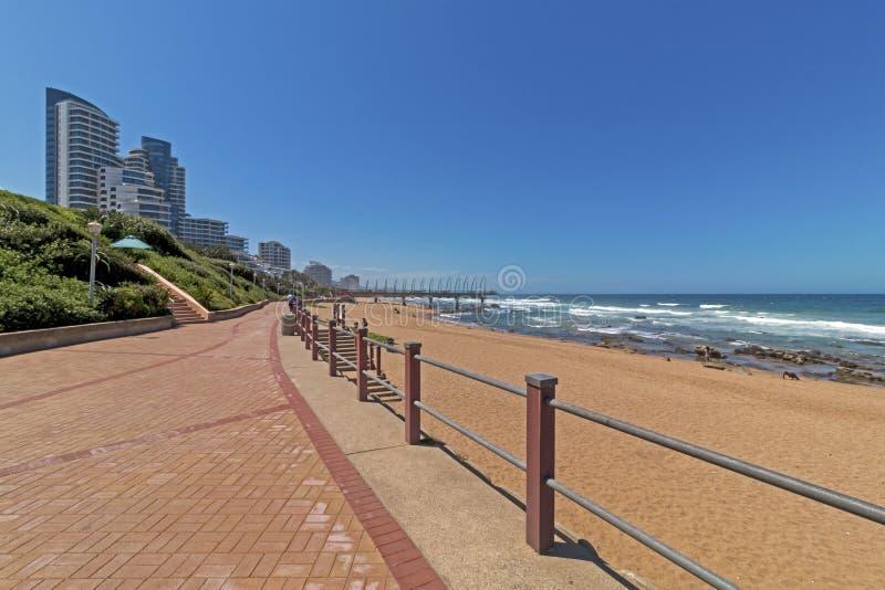 散步海滩晃动海浪蓝色沿海城市地平线 库存图片