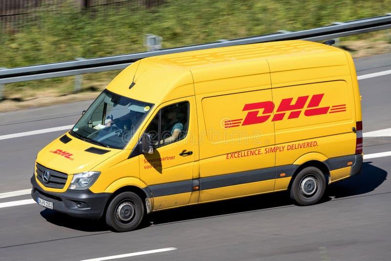 敦豪航空货运公司在机动车路的送货车 图库摄影