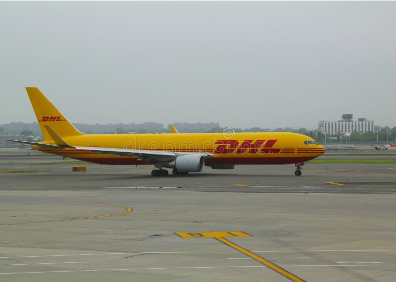 敦豪航空货运公司空气收税在约翰・肯尼迪国际机场的波音767航空器在纽约 库存图片