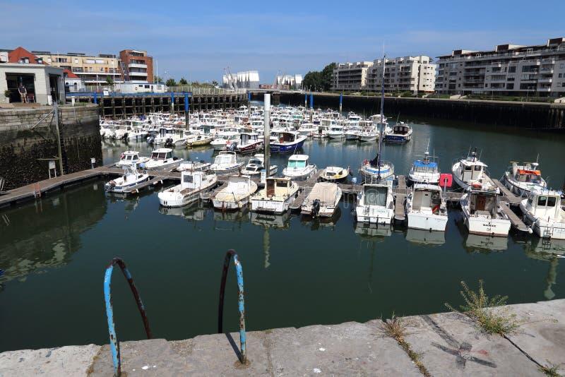 敦刻尔克老港口有消遣小船的 库存图片