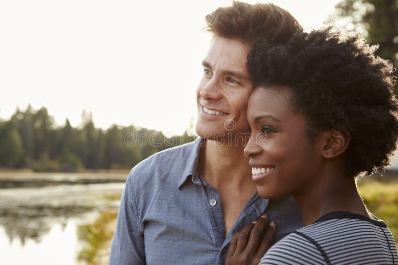 敬佩一个看法的愉快的混合的族种夫妇在乡下 库存照片