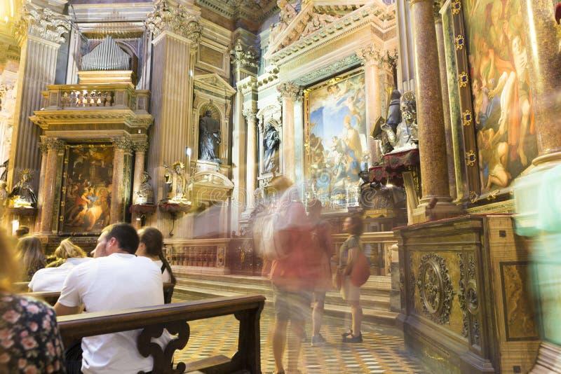 敬佩从大教堂圣玛丽亚阿孙塔的游人绘画 免版税库存图片