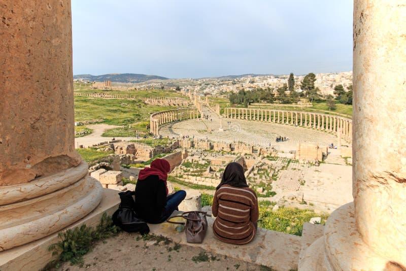 敬佩古老杰拉什的废墟的游人 免版税库存图片