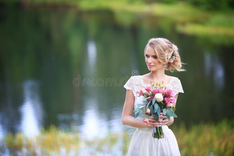 敬佩日落的新娘在河沿 库存图片