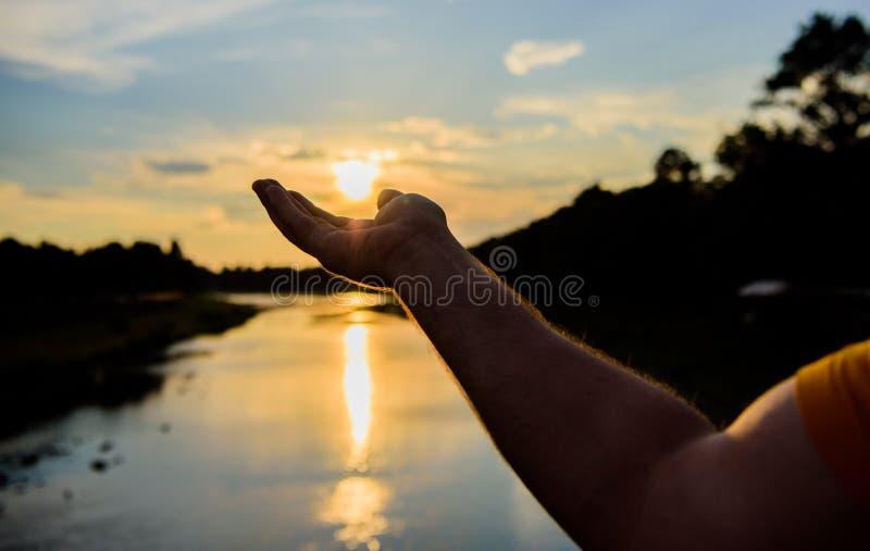 敬佩日落自然秀丽的捕获片刻 享受在河表面上的日落 河太阳反射 抓住为时 库存照片