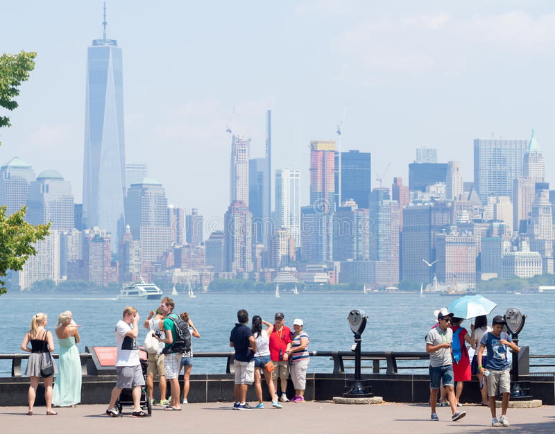 敬佩从自由岛的游人曼哈顿地平线 免版税图库摄影