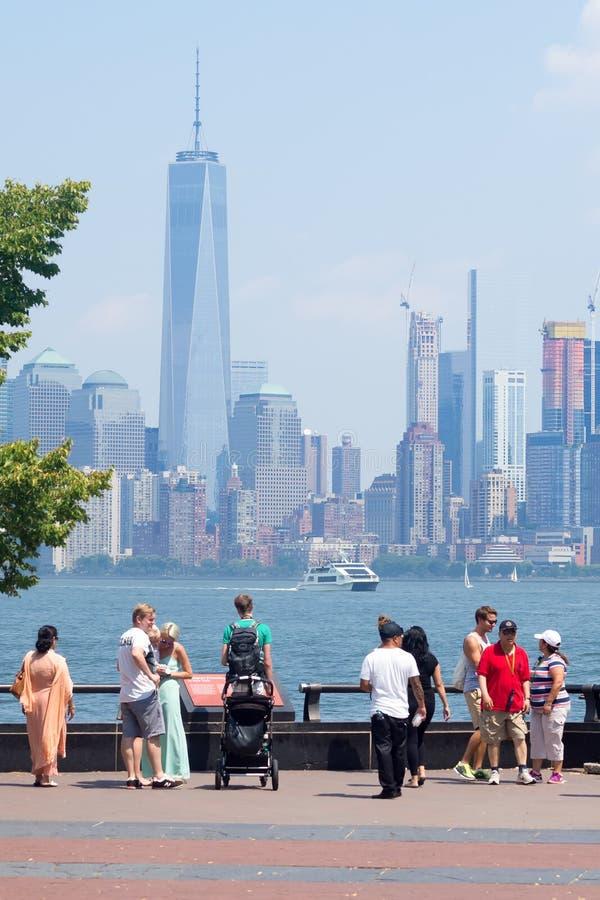 敬佩从自由岛的游人曼哈顿地平线 库存图片