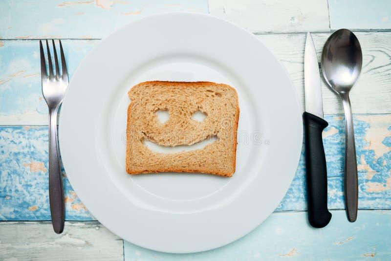 敬酒与在板材的微笑,早餐想法 免版税库存照片