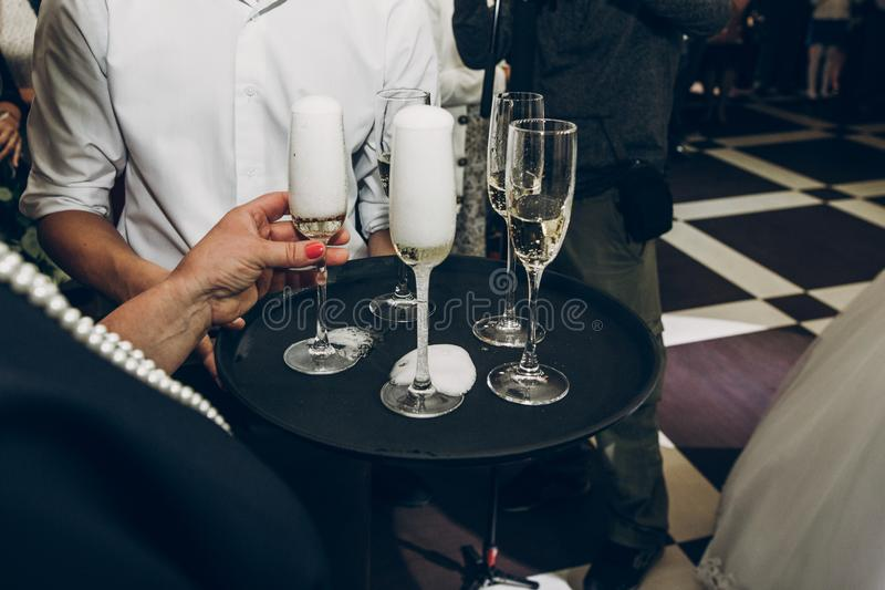 敬酒与香槟玻璃的人们在结婚宴会, wai 免版税图库摄影