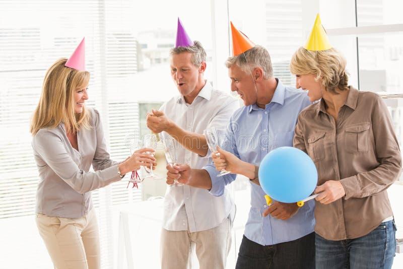 敬酒和庆祝生日的偶然商人 免版税库存图片