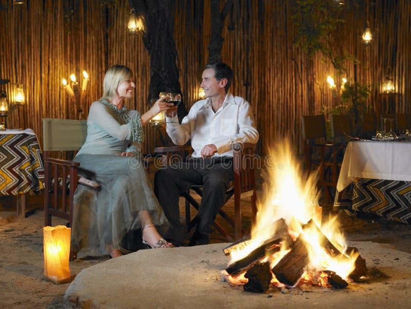 敬酒在室外夜总会的夫妇 免版税库存图片
