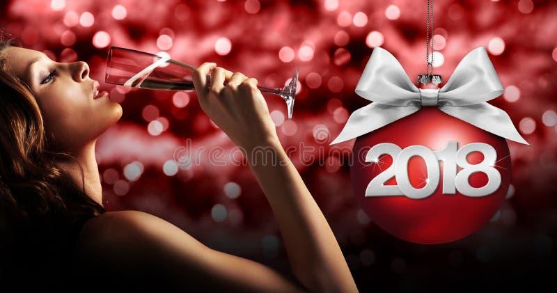 敬酒新年` s伊芙,在红色的妇女饮用的闪闪发光酒被弄脏的 免版税图库摄影