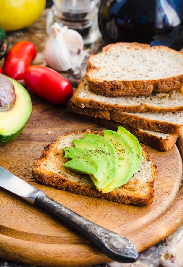敬酒用新鲜的鲕梨和胡椒,健康快餐,素食主义者f 免版税库存照片