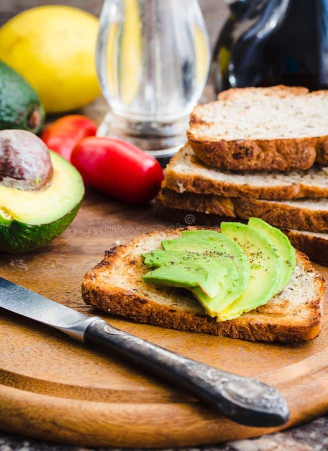 敬酒用新鲜的鲕梨和胡椒,健康快餐,素食主义者f 免版税库存图片