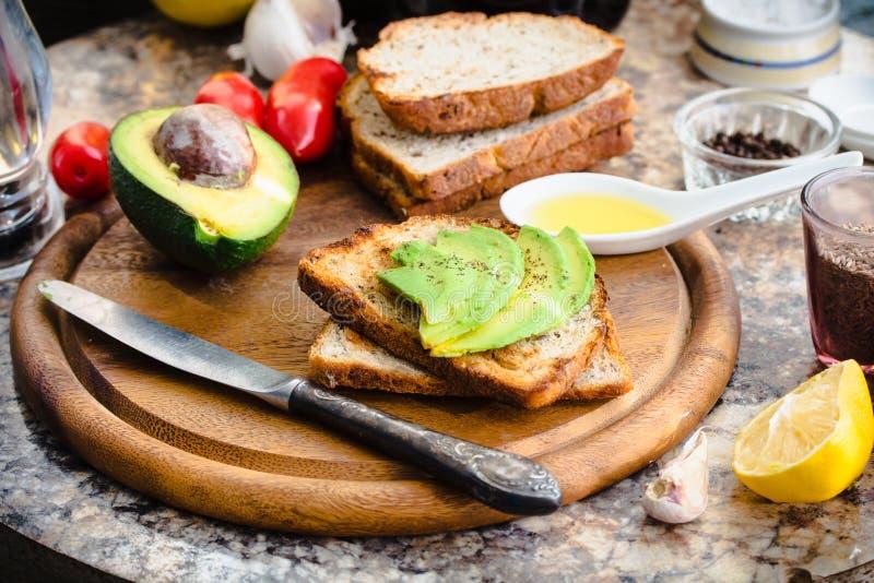 敬酒用新鲜的鲕梨和胡椒,健康快餐,素食主义者f 库存照片